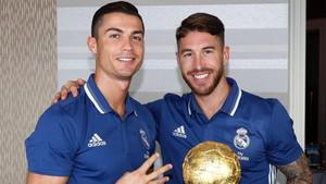 Sergio Ramos y Cristiano posaron junto al dulce Balón de Oro