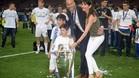 Theo y Elyaz posan con sus padres con la Champions League