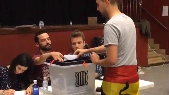 El video de un joven votando con la bandera española que compartió Piqué