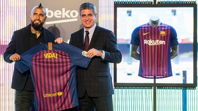 Arturo Vidal ya posa con la camiseta del Barça