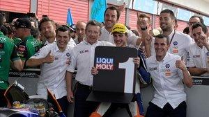 Baldassarri, celebrando la victoria con los miembros del Team Pons