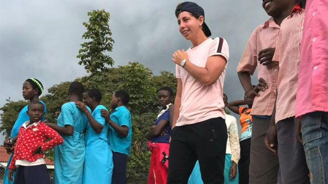 Carla Suárez realiza tareas de cooperación en Uganda