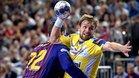Cindric trata de zafarse de Fabregas en la final de consolación de la Champions