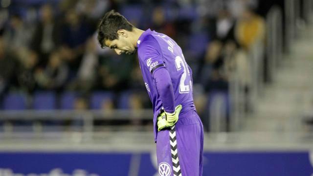Es difícil hacerlo peor... el cómico resbalón del portero del Tenerife que supuso el 0-2