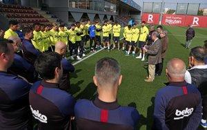 El doctor Jaume Padrós, responsable de salud laboral del Barça, dio una charla a la plantilla junto al presidente Josep Maria Bartomeu antes de que el club suspendiera indefinidamente los entrenamientos.