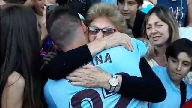 El emotivo momento de Santi Mina con su abuela en su presentación