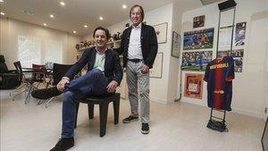 Gabriel Masfurroll y su hijo Gaby en su despacho. Un rincón lleno de pasado y presente culé