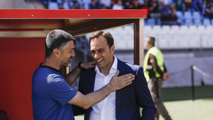 García Pimienta saluda al técnico del Almería Fran Fernández, también debutante