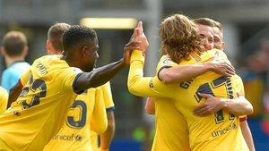 Griezmann, abrazado junto a su asistente en el primer gol, Lenglet