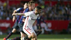 Ivan Rakitic peleando con Éver Banega en una acción del Sevilla-FC Barcelona (2-4) de este sábado