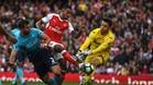 Jordi Amat intenta evitar un remate del delantero del Arsenal Theo Walcott