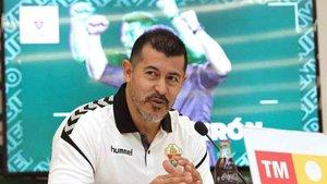 Jorge Almirón sigue sin poder sentarse en el banquillo del Elche