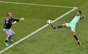 Kiraly y su pantalón pijama, ante Cristiano Ronaldo