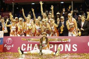 Las jugadoras del Ekaterinburg de Rusia reciben el trofeo de la Euroliga femenina de baloncesto tras su victoria contra el Dynamo Kursk, en la final de la Final Four de la Euroliga Femenina disputada en el Novomatic Arena en Sopron, Hungría.
