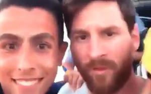 Leo Messi, rodeado por unos aficionados en Ibiza