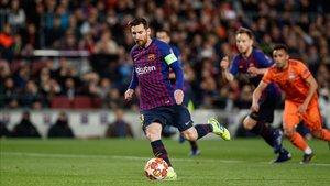 Leo Messi ha sorprendido a Lopes con este lanzamiento desde los once metros