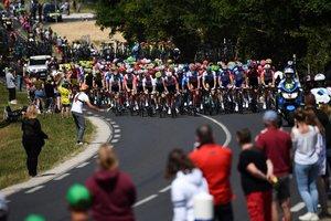 Los espectadores observan al peloton durante la cuarta etapa de la 106ª edición de la carrera ciclista Tour de France entre Reims y Nancy, este de Francia.