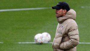 Simeone dirigiendo el entrenamiento del Atlético de Madrid en Majadahonda