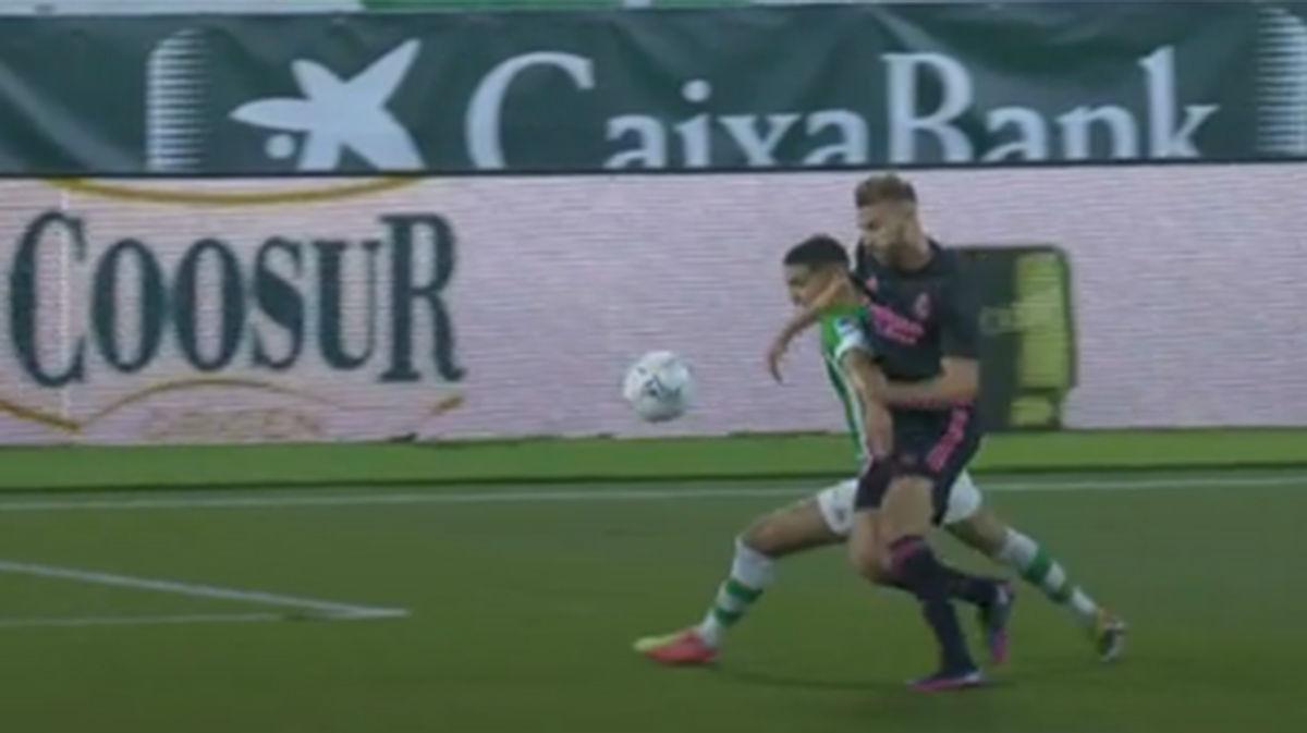 El VAR volvió a intervenir para dar la victoria al Madrid: surrealista penalti pitado a Bartra