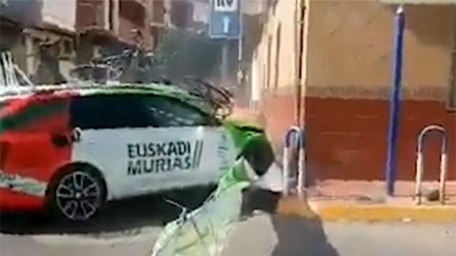 ¡La Vuelta comienza con susto! Así fue el accidente de coche del Euskadi Murias
