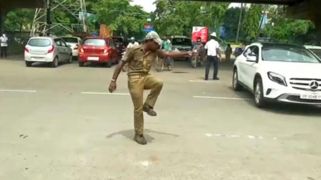 Un policía de la India controla el tráfico con movimientos de baile