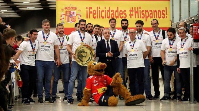 Los 'Hispanos', recibidos como héroes a su llegada a España