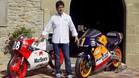 Àlex Crivillé, junto a las dos motos con las que fue campeón del mundo