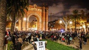 El Arco del Triunfo de Barcelona congregó a los fans de Maradona