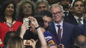 Bartomeu le habla al oído a Messi en el palco del Villamarín