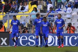 Cruz Azul celebrando su segunda victoria del torneo