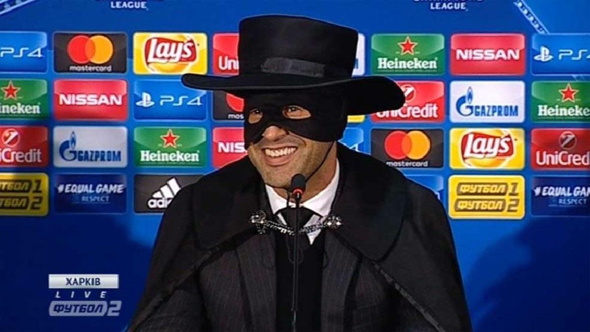El entrenador del Shakhtar Donetsk celebra el pase de su equipo vestido de El Zorro