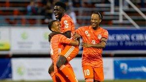 Frank Angong celebra un gol en el Cibao FC