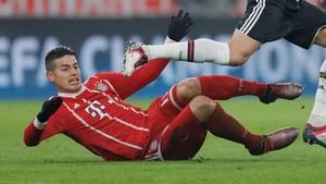 James en el suelo durante el juego del Bayern ante el Besiktas