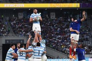 Javier Ortega Desio (I) de Argentina captura el balón durante el partido entre Argentina y Francia del Mundial de Rugby 2019 disputado en el Tokyo Stadium en Tokyo.