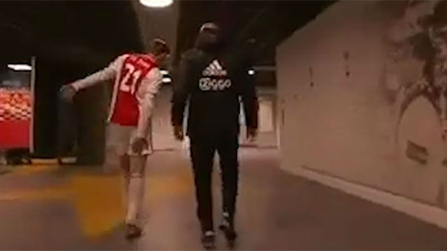 Frenkie De Jong injury: Ajax midfielder limps off against Excelsior