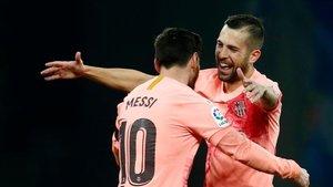 Jordi Alba abraza a Leo Messi tras uno de sus goles ante el Espanyol