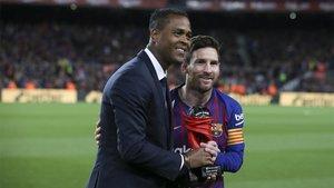 Kluivert entregando un premio a Messi durante la pasada temporada