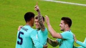 Kroos celebra el tanto al Valencia