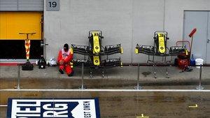 Los morros de los Renault, bajo la lluvia