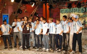 Messi y los campeones lucieron sus medallas en un programa de televisión