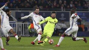 Messi, rodeado de jugadores del Olympique de Lyon