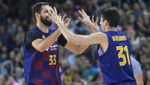 Mirotic y Bolmaro celebran un punto durante un partido