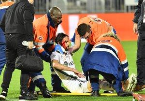 Neven Subotic (C), defensor de Saint-Etienne, recibe medicamentos luego de lesionarse durante el partido de fútbol L1 francés entre el FC Girondins de Bordeaux y el AS Saint-Etienne en el estadio Matmut Atlantique en Bordeaux.