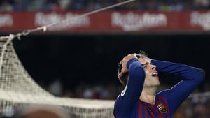 Piqué se lamenta en una acción del partido ante el Girona