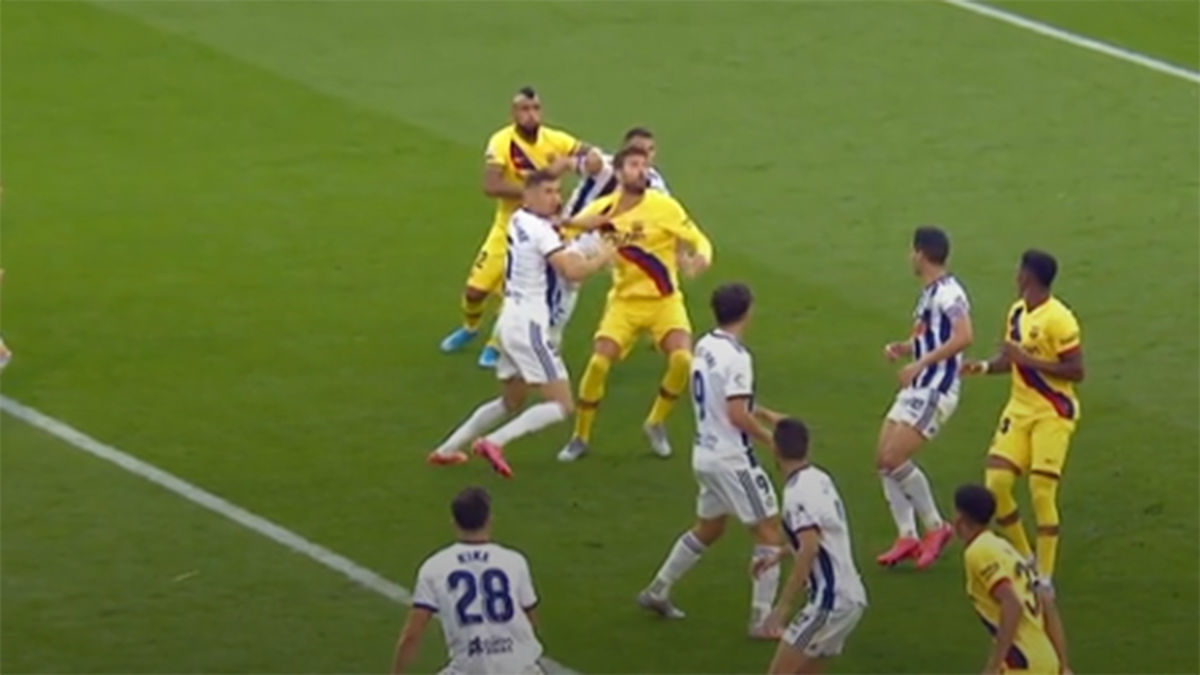 Piqué pidió penalti por agarrón dentro del área
