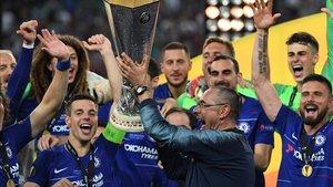 Sarri alza el trofeo de la Europa League tras ganar ante el Arsenal