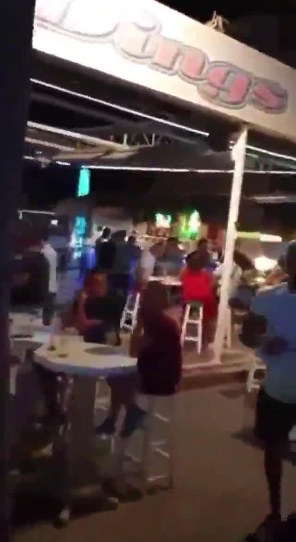 Turistas bebiendo y sin mascarilla en Magaluf desatan la polémica en las redes