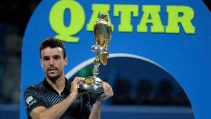 Bautista, con su trofeo de campeón en Doha