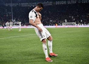 Cristiano Ronaldo celebra un gol durante el partido de la UEFA Champions League entre la Juventus y el Manchester United en el Allianz stadium en Turin.