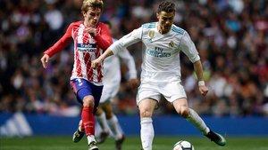 Cristiano Ronaldo frente a Griezmann, en un Madrid - Atlético